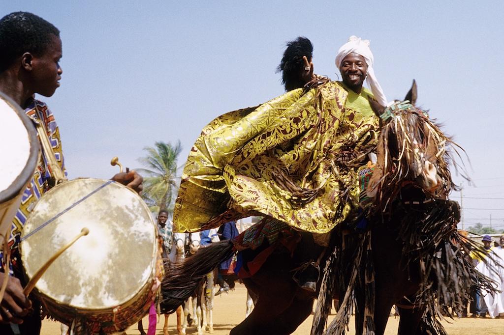 Le prince Moussa Atta de Djougou fait danser son cheval au son des Tams-Tams.